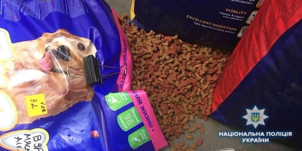 В Ірпені поліцейські затримали чоловіка, який поцупив із зоомагазину котячий корм