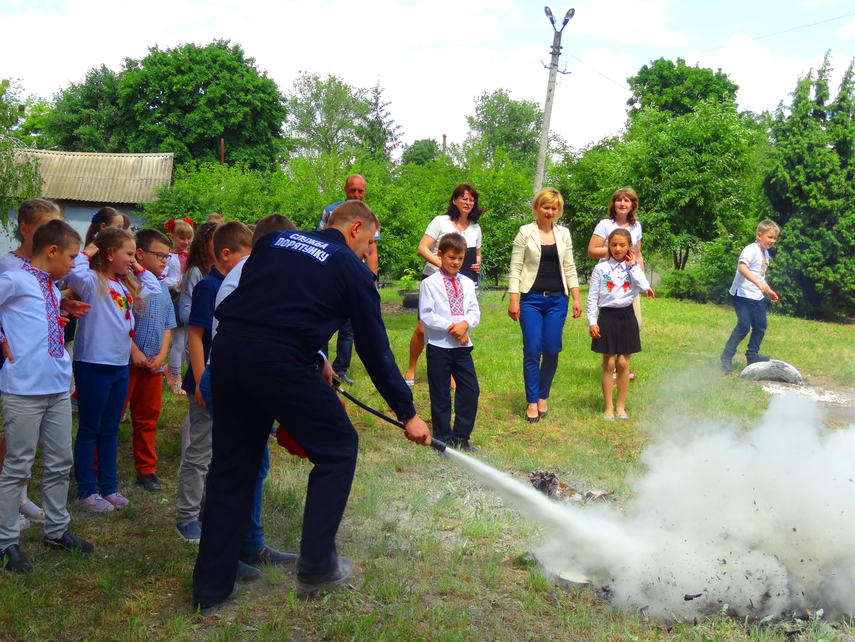 1805_pozhezhnyky Бородянські школярі тепер знають, як поводитися з вибухонебезпечними предметами