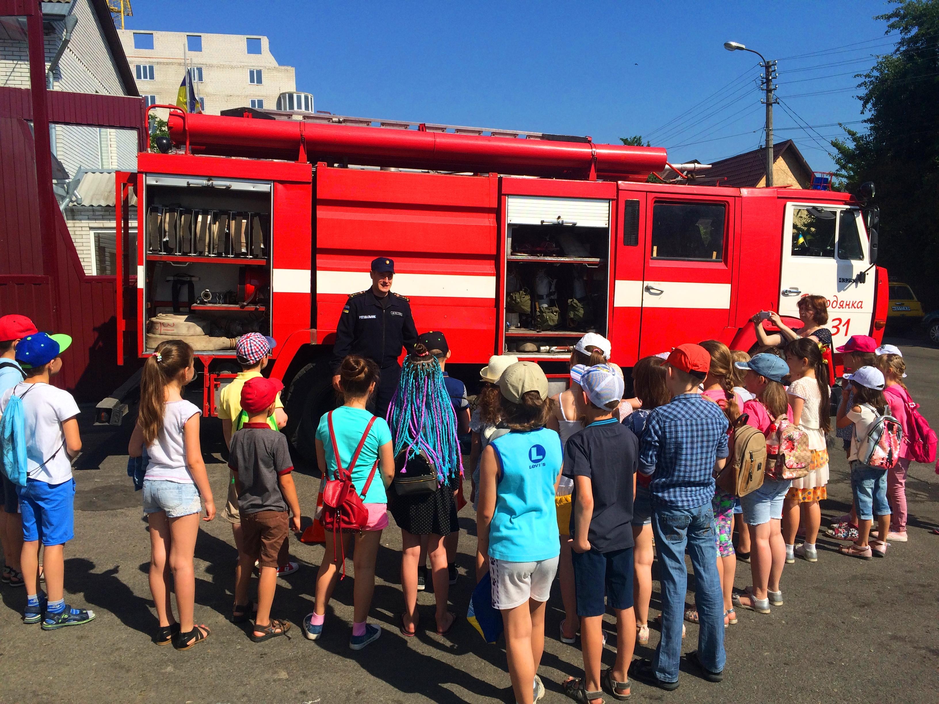 Бородянські рятувальники провели екскурсію пожежною частиною для школярів - школа, рятувальники, Діти, Бородянська РВ ГУ ДСНС - 2905 pozhezhnyky 1