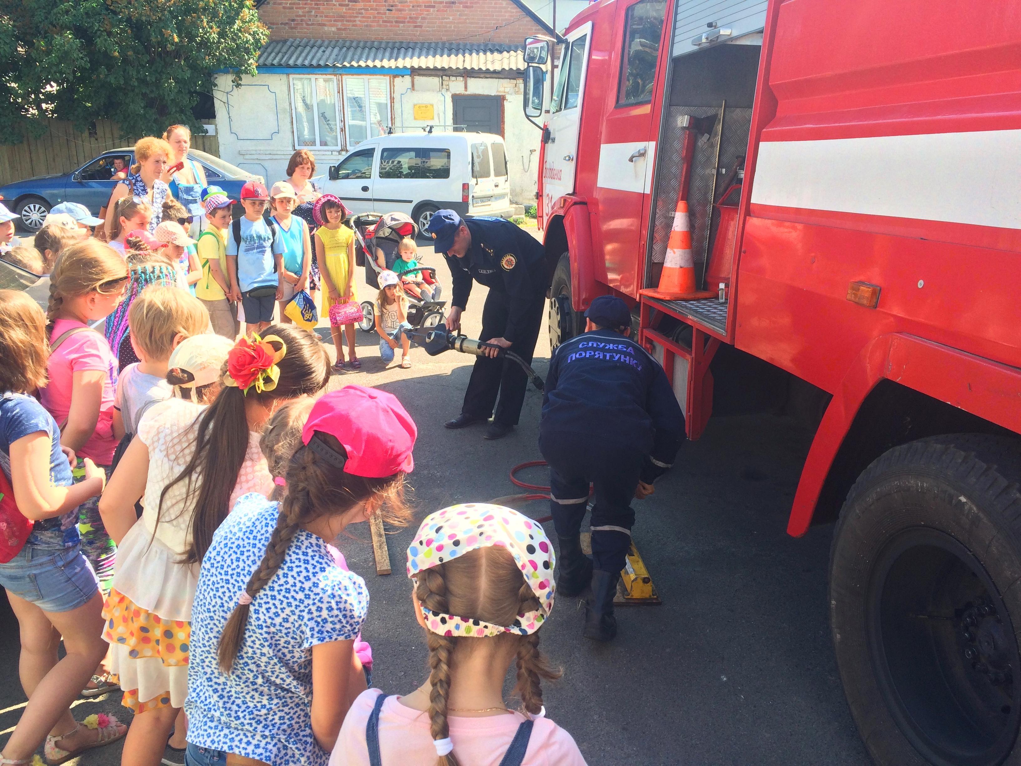 Бородянські рятувальники провели екскурсію пожежною частиною для школярів - школа, рятувальники, Діти, Бородянська РВ ГУ ДСНС - 2905 pozhezhnyky 2