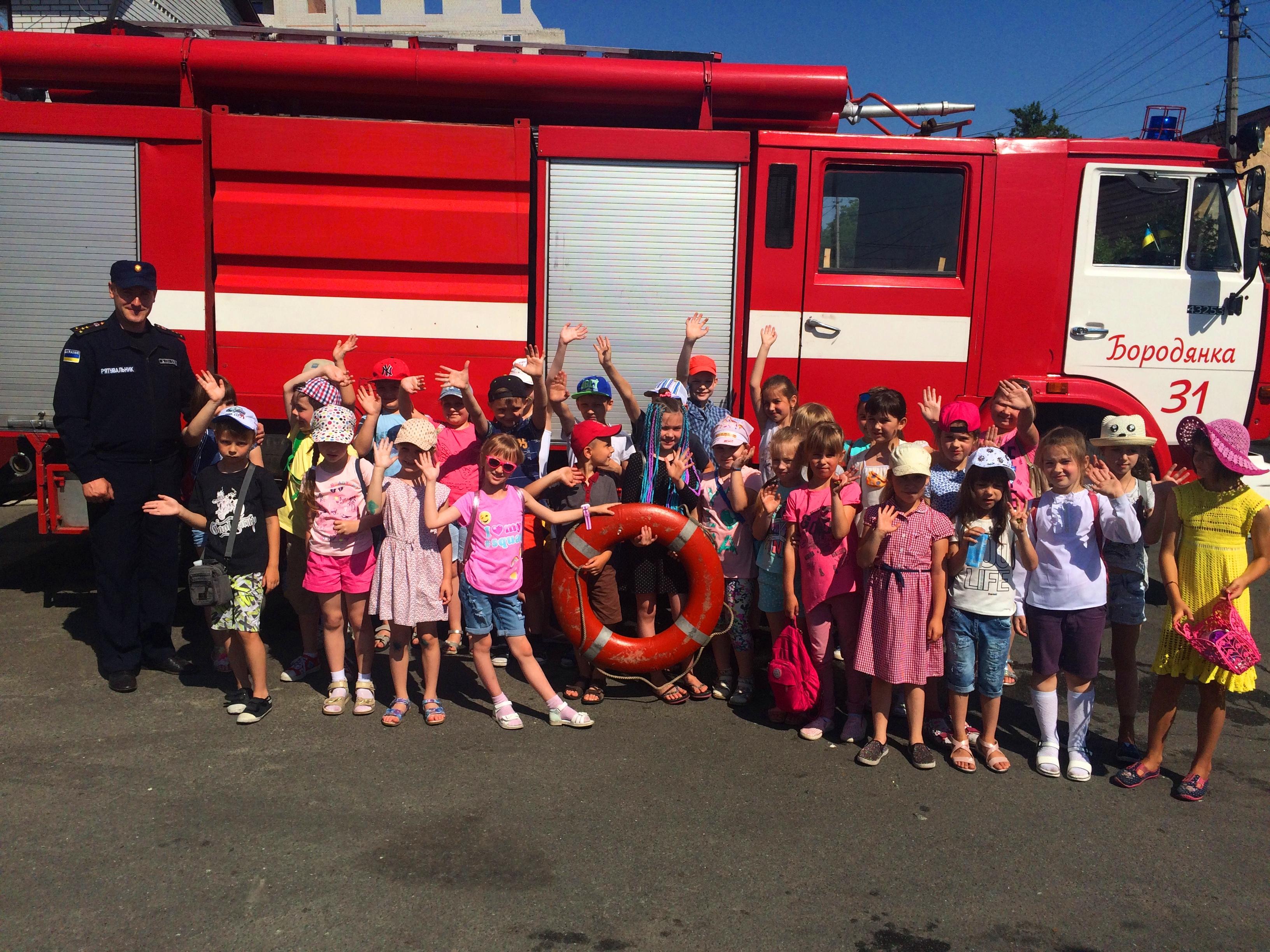 Бородянські рятувальники провели екскурсію пожежною частиною для школярів - школа, рятувальники, Діти, Бородянська РВ ГУ ДСНС - 2905 pozhezhnyky 4