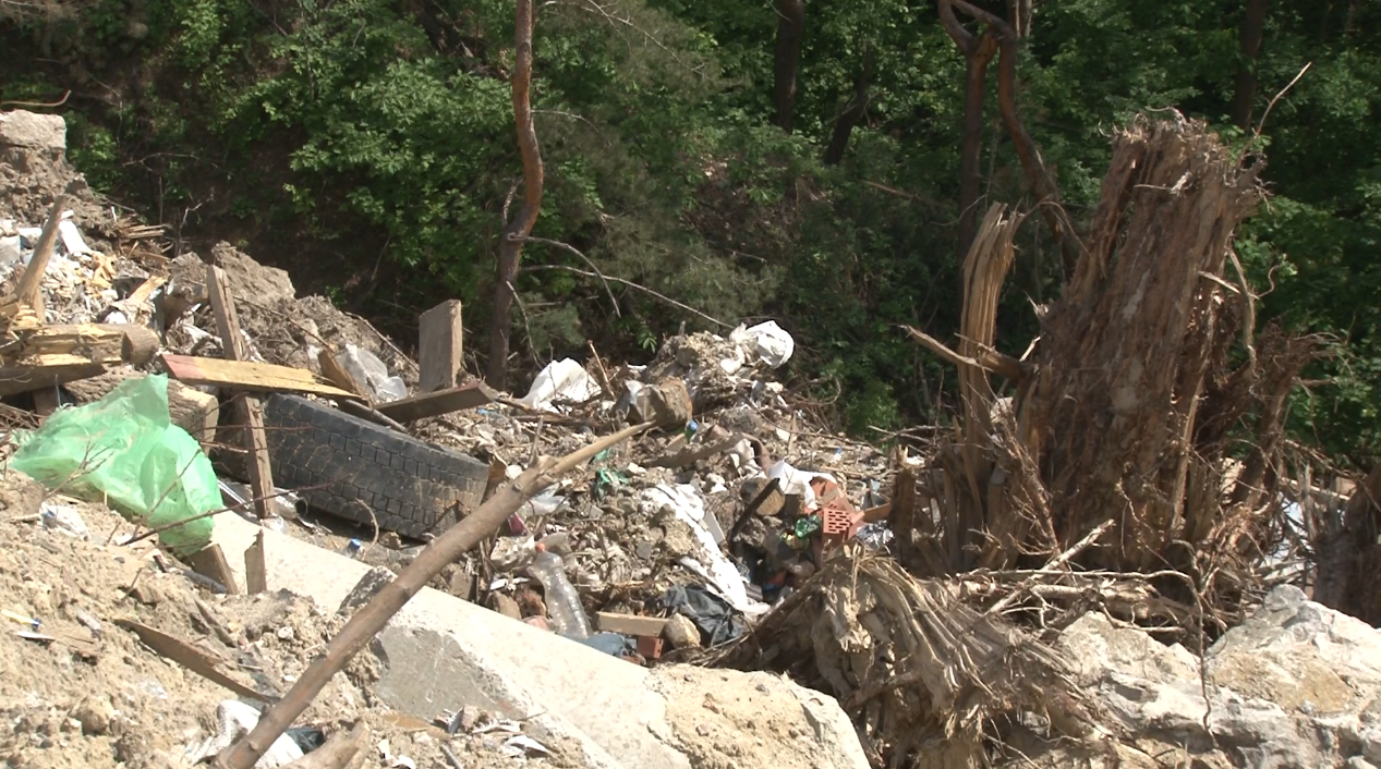 Смертельне сміття: незаконні звалища знищують вишгородський ліс та річку Почайна - сміття, Річка, Почайна, незаконно, ліс, забудовники, екологічна катастрофа, відходи, Вишгород, будівельне сміття - 32648660 2099987346939288 9064149528948506624 n