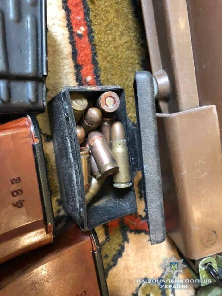 У жителя Бучі поліція вилучила рушницю, велику кількість набоїв та кулеметні стрічки, на які нема дозвільних документів