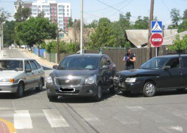 В Ірпені на розі вулиць 8 Березня та Попова сталася аварія: ушкоджень зазнали два автомобілі