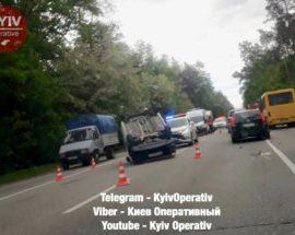 На Гостомельській трасі — чергова аварія: одна машина перекинулася на дорозі, інша — у кюветі
