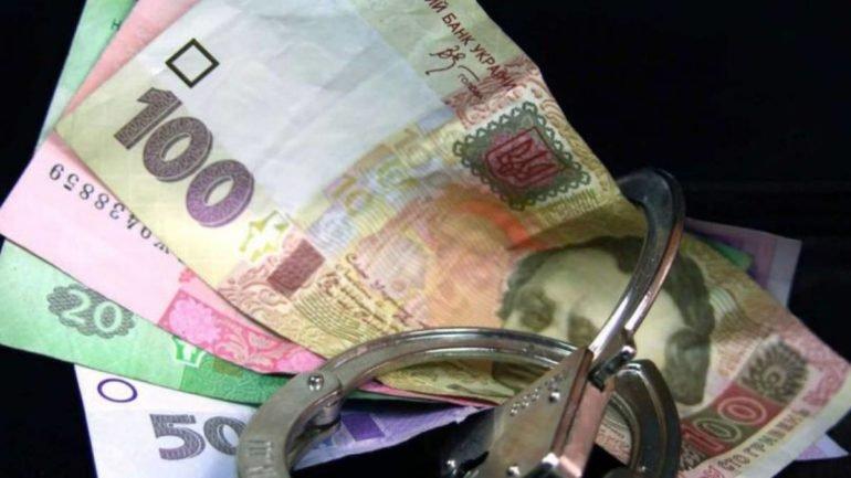 Касир фіскального універститету, що в Ірпені, привласнила зарплати працівників та стипендії студентів на суму майже 150 тисяч гривень