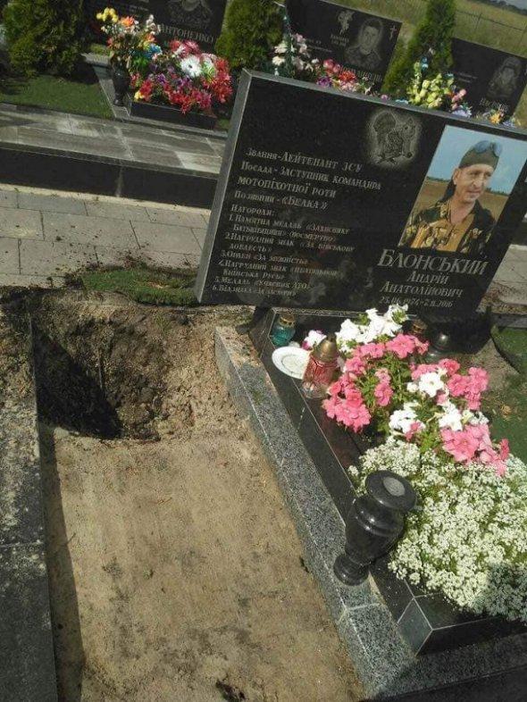 Наруга над могилою загиблого воїна-добровольця у Бучі — вандалізм нечуваної зухвалості й цинізму