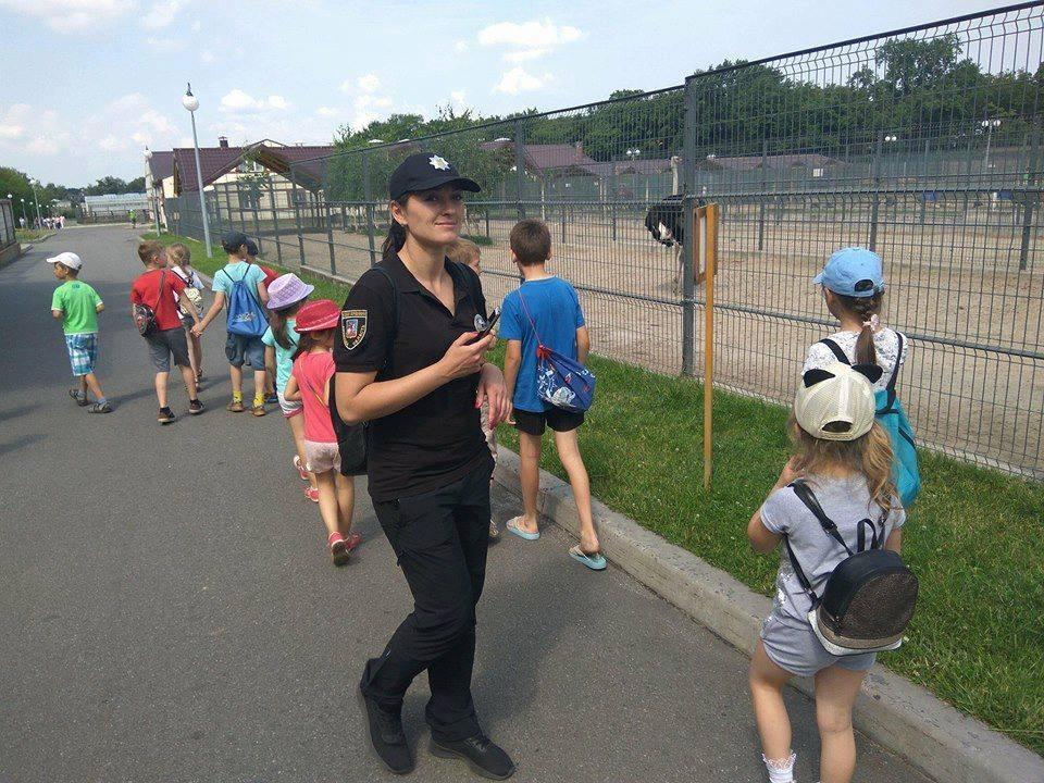"""Ірпінська поліція запросила дітей із пришкільного табору """"Бджілка"""" на цікаву екскурсію до Національного парку """"Межигір'я"""""""