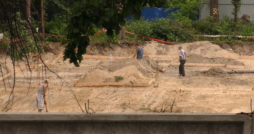 В Ірпені на території ДСО, яку охороняють нацгвардійці, закінчують рити котлован та готуються заливати опалубку