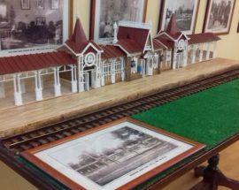 """В """"Уваровському домі"""" з'явився новий унікальний експонат — макет старовинної будівлі ворзельської залізничної станції"""