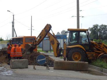 """На околиці Ірпеня поблизу новобудов """"Синергії"""" перекопали об'їзну дорогу, щоб покращити відведення води після підтоплень"""