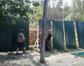 """У Гостомелі поблизу ЖК """"Чеський двір"""" ділянки, на яких знесли вікові дерева, обносять парканом"""
