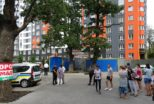 """В Ірпені з боку новобудови компанії """"Синергія"""" під дуби поблизу будинку ЖК """"Затишний"""" через паркан """"перекочували"""" два вагончики для будівельників"""