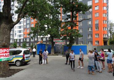 "В Ірпені з боку новобудови компанії ""Синергія"" під дуби поблизу будинку ЖК ""Затишний"" через паркан ""перекочували"" два вагончики для будівельників"