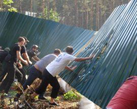 """Гостомельський парканопад: розгнівана громада поблизу ЖК """"Чеський двір"""" знесла огородження навколо майбутнього торгового центру"""