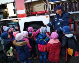 Діти гасили пожежу: учні ірпінської школи завітали до рятувальників, щоб більше дізнатися про їхню професію
