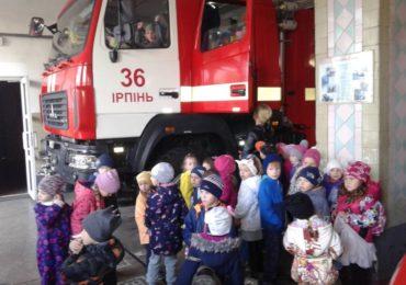 """Вихованці ірпінського дитсадка """"Казка"""" гостювали у місцевих рятувальників"""