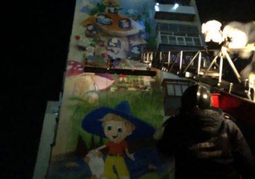 """У """"полоні"""" в мурала: ірпінські рятувальники спустили на землю художника, який створює цей твір та застряг на стіні висотки через відключення світла у місті"""