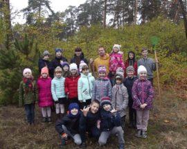 Екологічна естафета: у Ворзелі учні молодших класів місцевої школи висадили саджанці сосни