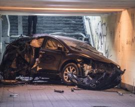 Mazda у підземному переході: у Києві сталася незвична аварія, унаслідок якої ніхто не постраждав, окрім авто та зупинки