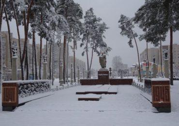 """За традиційним принципом """"центризму"""": в Ірпені розчищали місто від снігу — добре, що випало не дуже багато"""