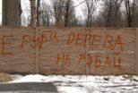 """У Бучі упав паркан, яким обгородили територію під спорудження будинку неподалік спорткомплексу """"Кампа"""""""