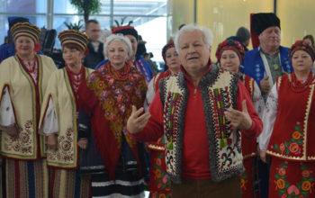 """Творчі колективи міста Бориспіль одночасно виконали Гімн України в аеропорту """"Бориспіль"""" - Чубинський, флешмоб, Бориспіль - 50979314 2210033155912196 3030035505329733632 n 350x220"""