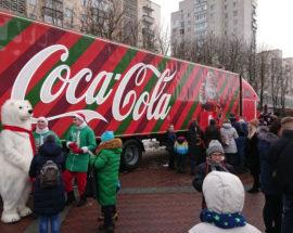 Вантажівка Coca Cola заїхала до Ірпеня: охочі можуть отримати безкоштовну пляшку напою