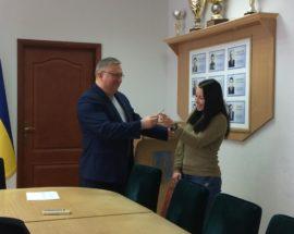 На Броварщині голова райдержадміністрації вручив ключі від квартири дитині-сироті