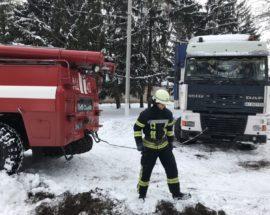 Через снігові замети в Яготині застрягла вантажівка