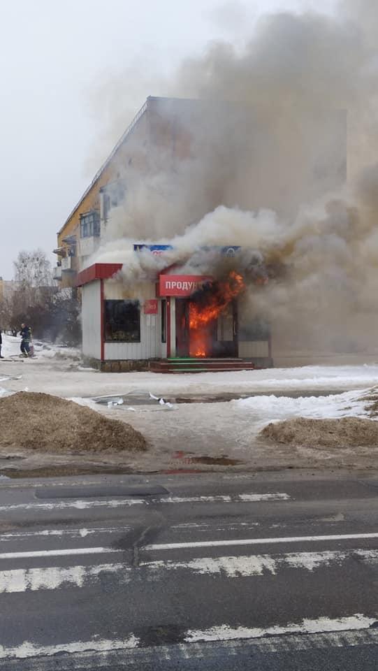 Кому біда, а кому жарти: в Славутичі горів продуктовий магазин