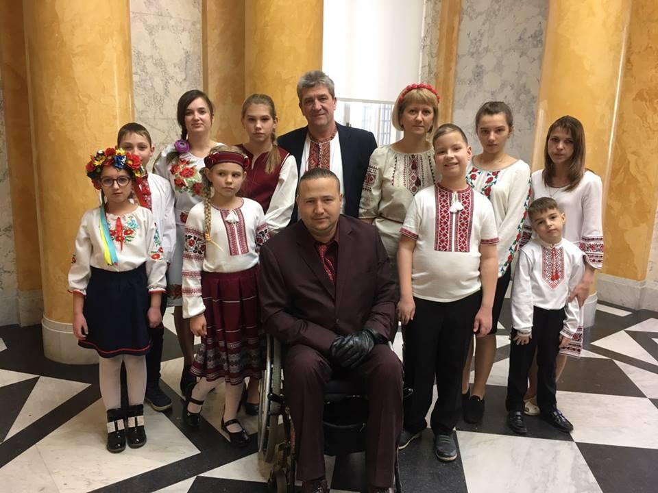 """Діти з Броварів передали """"Книгу добра"""" монархам Румунії"""