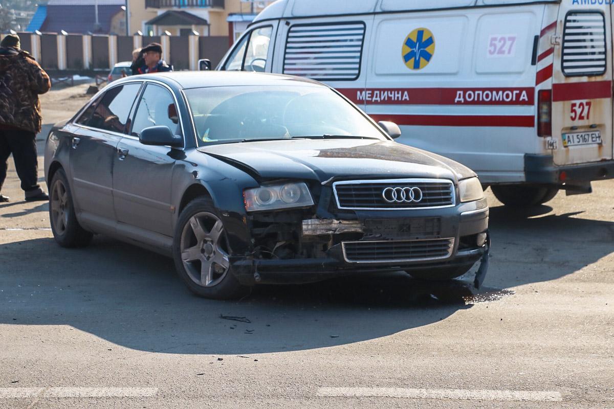 У Гостомелі зіштовхнулися два автомобілі: один з них перевернувся, а жінка-пасажир зазнала травм