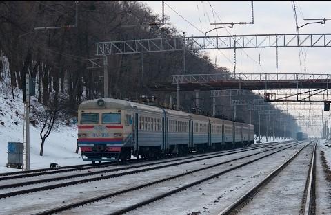 Хуліганів, що дебоширили в електричці на Київщині, відправили під домашній арешт