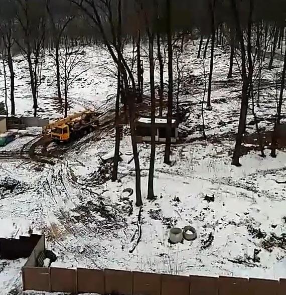 """У Бучі на ділянці поблизу """"Кампи"""", де громада припинила будівництво, забивають палі - image Kampa-svayi on https://kyivtime.co.ua"""