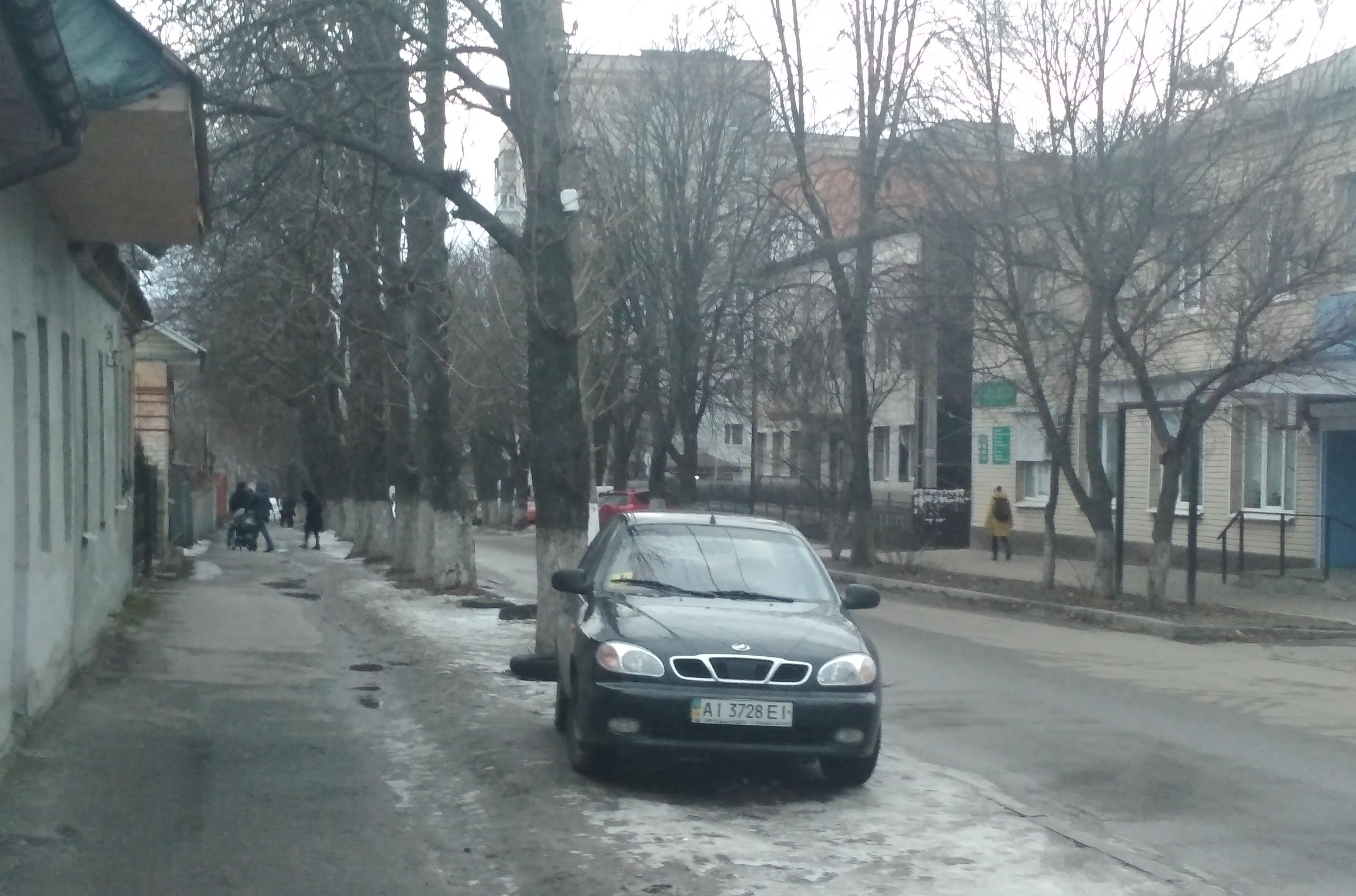 У Фастові боротимуться з незаконними паркуванням авто на зеленій зоні