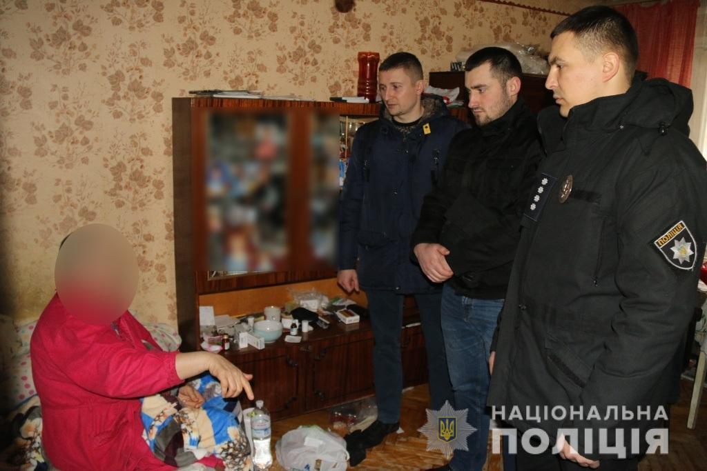 babus3-1 Поліцейські Броварів відвідали постраждалу від кулі злочинця місцеву мешканку