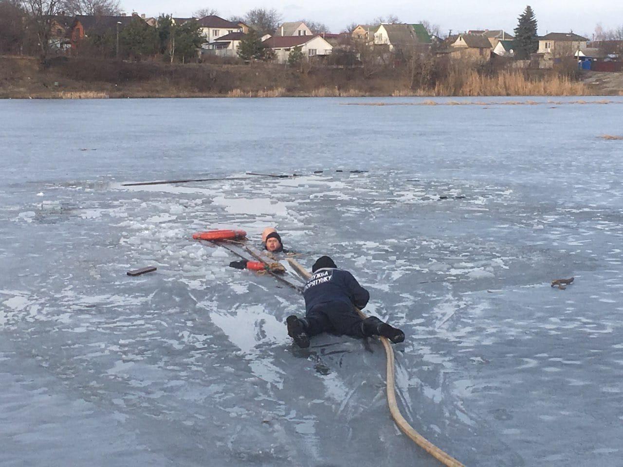 В Тарасівці на Київщині рятувальники витягли чоловіка з під криги