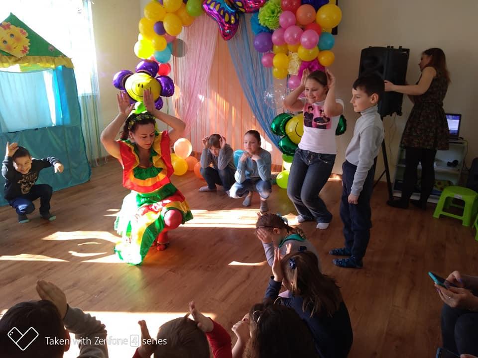 Поїдання млинців та веселощі: в смт Велика Димерка діти зустріли Масляну