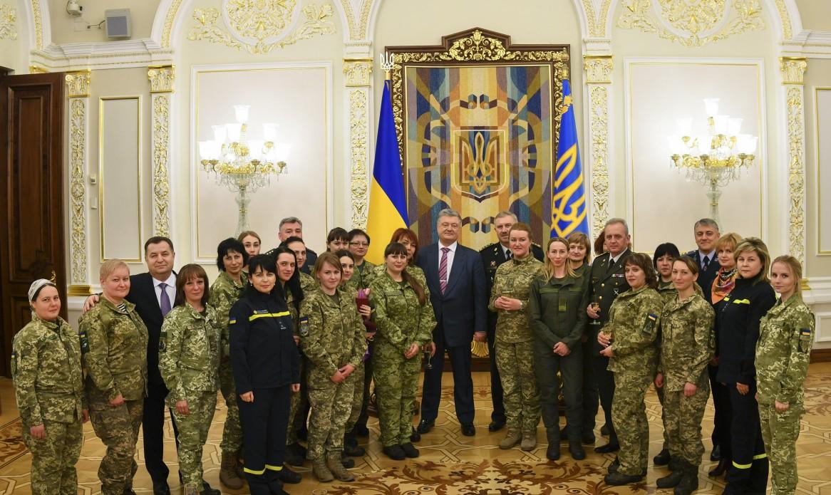Президент України нагородив жінок-військових