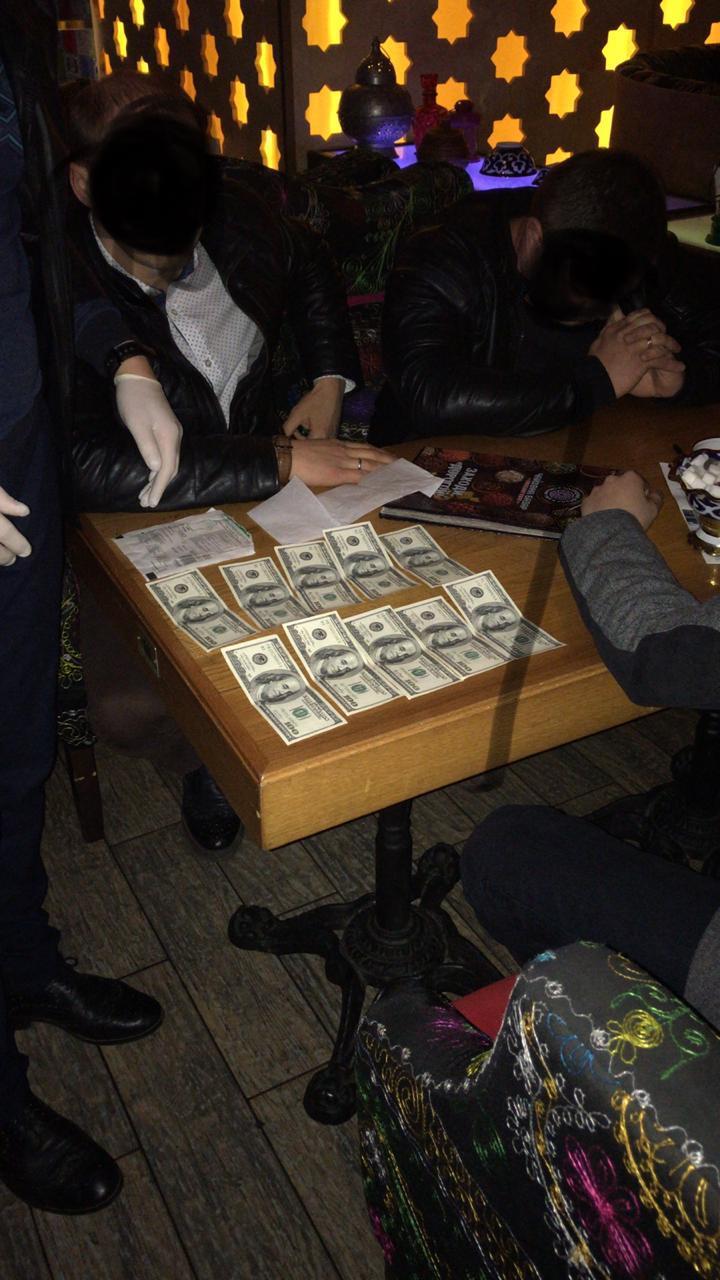 На Київщині затримано осіб за намагання дати хабар 5 тисяч доларів прокурору
