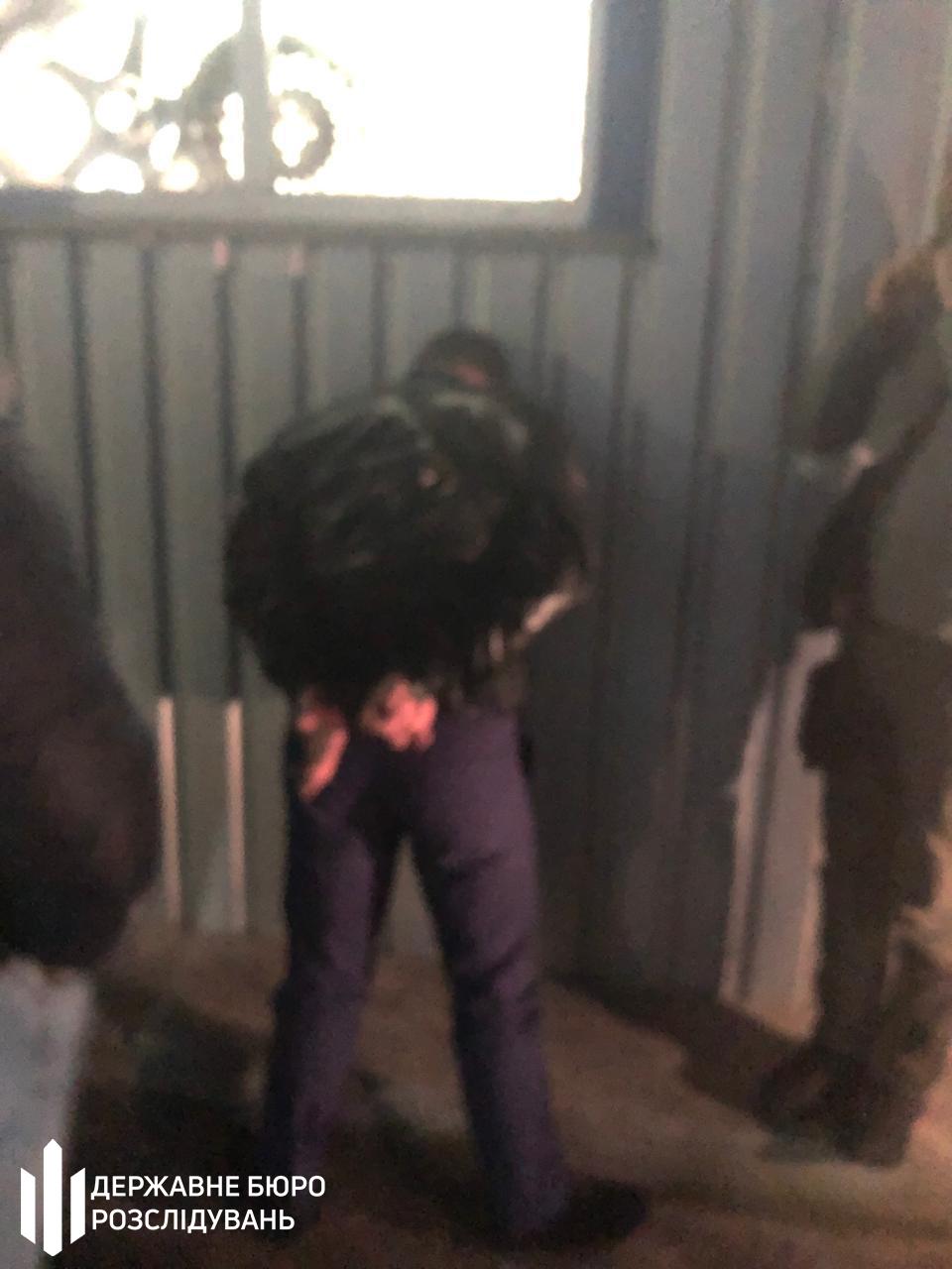 Слідчі ДБР затримали працівника головного управління поліції Київщини, який вимагав 3000 доларів за повернення вантажівки - хабар, СБУ, Поліція, київщина, Державне бюро розслідувань, ГУ НП у Київській області, Генеральна прокуратура - Habar vant 0