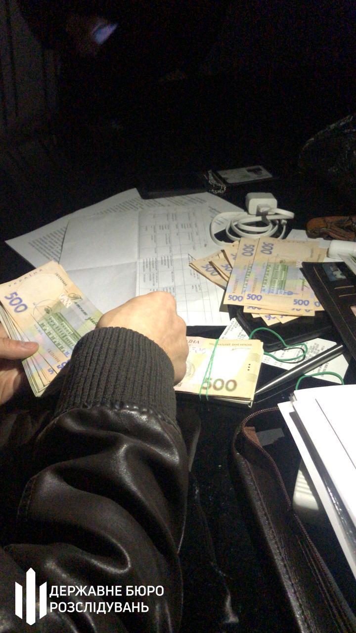 Слідчі ДБР затримали працівника головного управління поліції Київщини, який вимагав 3000 доларів за повернення вантажівки - хабар, СБУ, Поліція, київщина, Державне бюро розслідувань, ГУ НП у Київській області, Генеральна прокуратура - Habar vant 2
