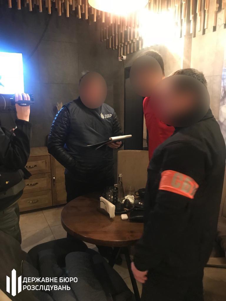 1200 доларів — за водійські посвідчення: затримали колишнього директора філії підприємства МВС