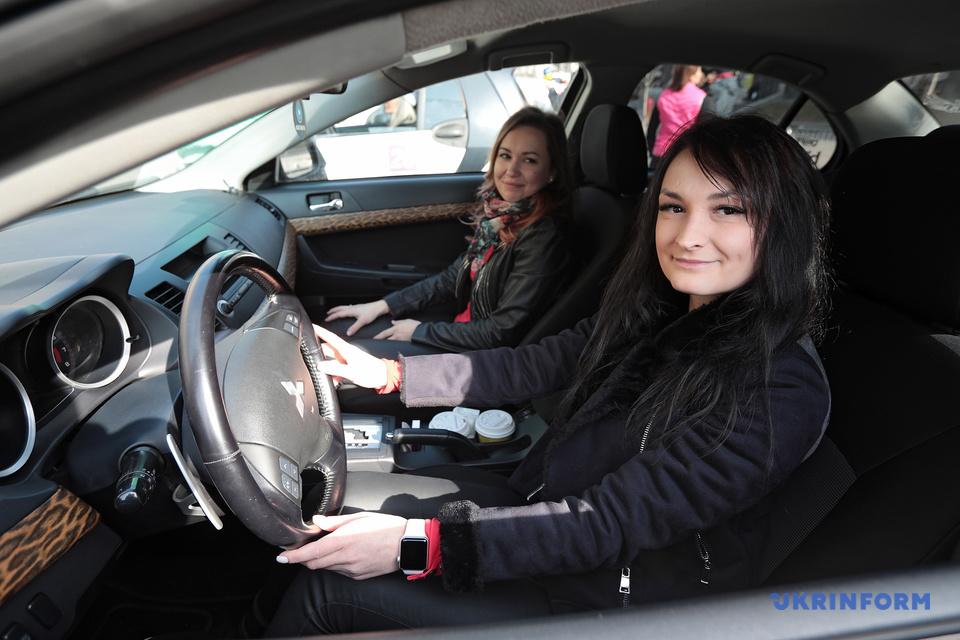 За кермом - жінки у Києві проходить Велике жіноче авторалі