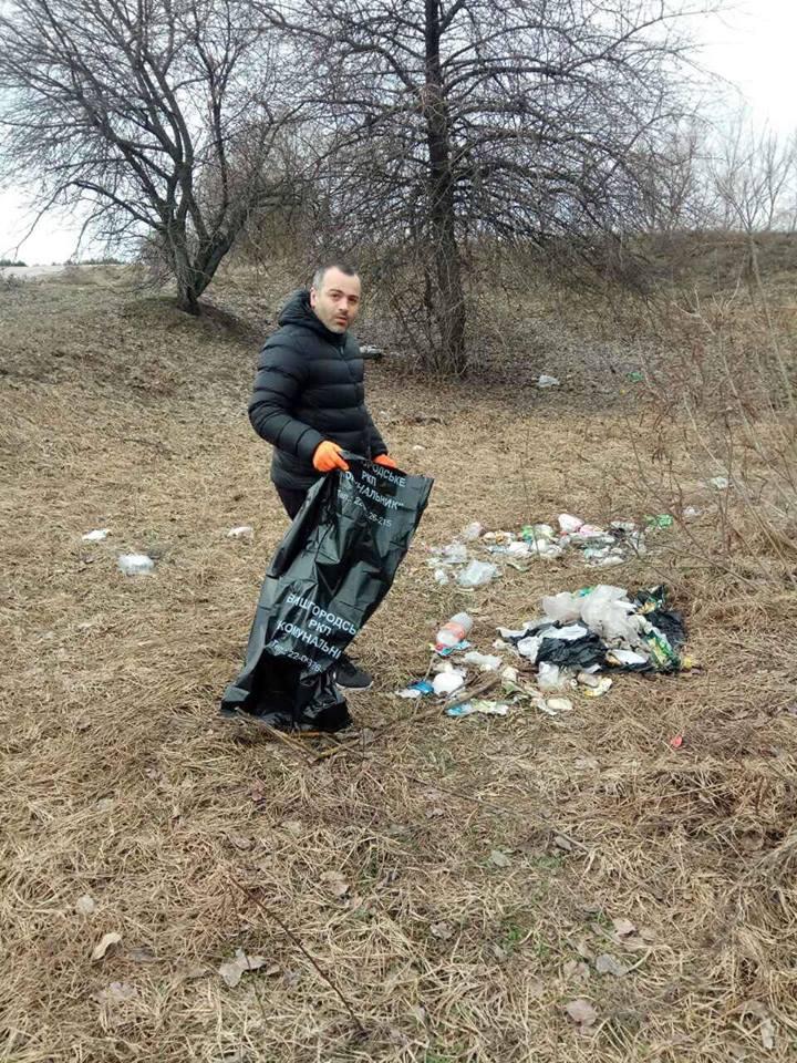 У Вишгородському районі ставлять свічки. За «упокій смітників» - київщина, Воропаїв, Вишгород - 0408 Voropayiv Smittya Manyya2