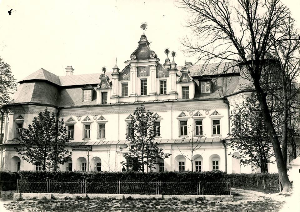 0417_Mytropolychyj_budynok Перша книга з архітектури зберігається в Києві