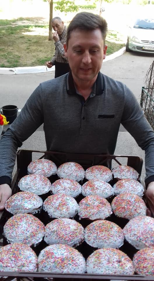 У Вишгородському районі Великодні подарунки отримали малозабезпечені люди - продуктові набори, підтримка малозабезпечених, паски, київщина, Вишгородський район - 0426 Pasky popov