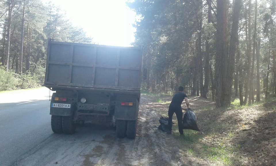 0428_Vyshhedubechanskyj_lisgosp Сто п'ятдесят мішків сміття на узбіччі
