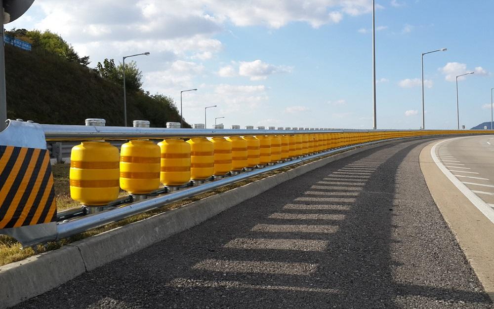 У зв'язку з великою кількістю ДТП на трасі Київ-Ірпінь просять встановити відбійник -  - Rolling border4